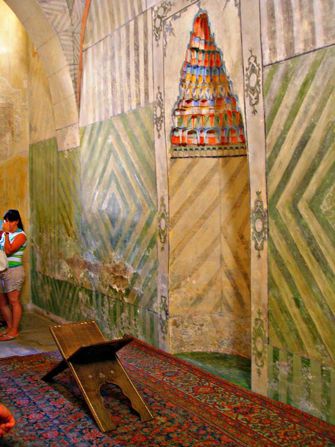 Внутри малой домовой мечети. Здесь хан молился.