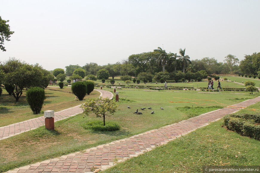 Территория вокруг храм Лотоса