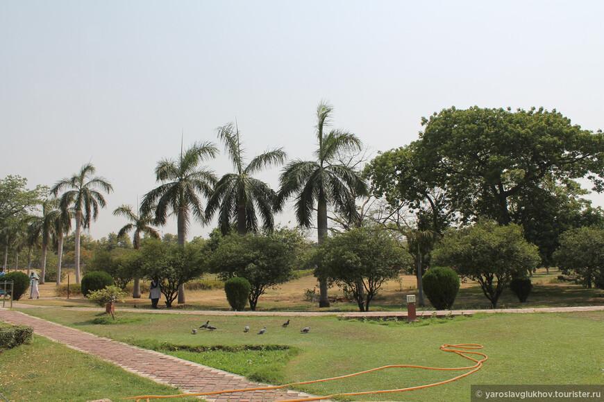 Территория вокруг храма Лотоса