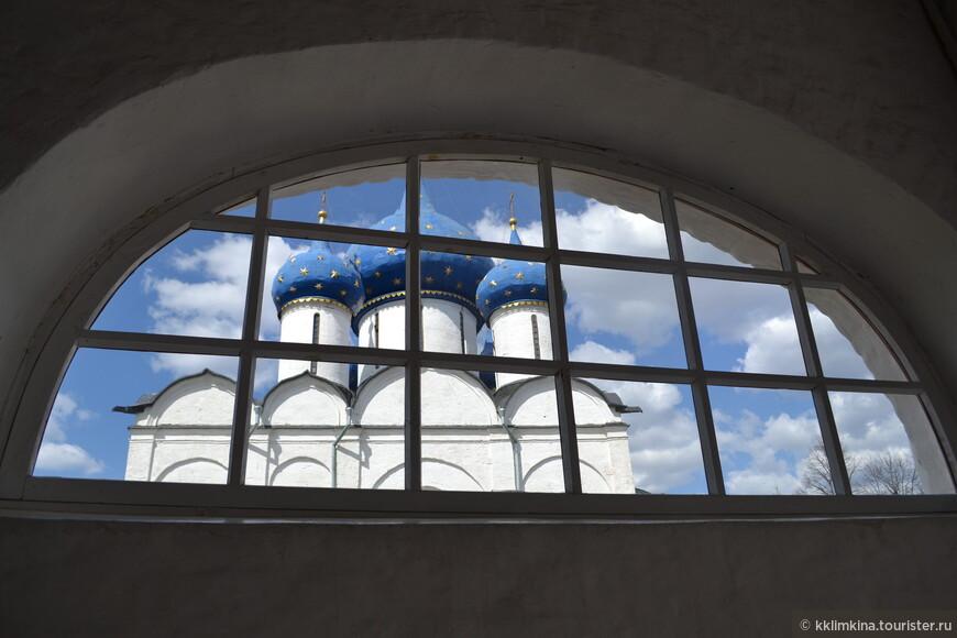 Собор, стоящий посреди кремля, был построен в 12-ом веке. Однако уже к началу 13-го века собор стал разрушаться, поэтому по распоряжению князя Георгия Всеволодовича в 1222-1225 годах он был разобран до основания и отстроен полностью заново. Но и этот вариант собора до нас целиком не дошел. В 1445 году у него обрушился верх и более 80 лет собор стоял в развалинах. Наконец, в 1528 году начались восстановительные работы, включившие в себя частичную разборку стен, и к 1530 году собор был отстроен вновь, получив на этот раз обычное для того времени пятиглавое завершение. Работы производились по приказу Московского царя Василия III и были приурочены к окончанию набега казанского хана. Большая часть последующих переделок собора была ликвидирована уже в наше время при реставрации 1964 года.
