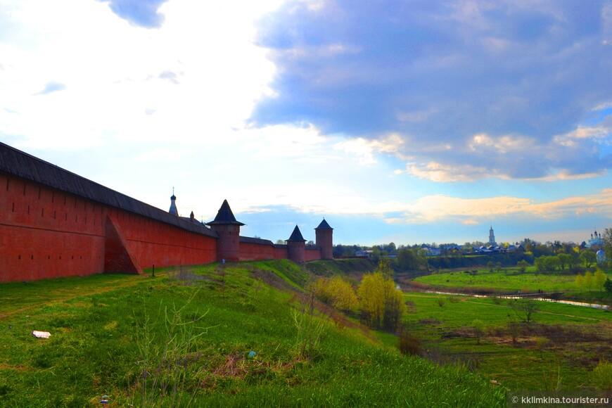 Расположен монастырь на берегу реки Каменки. И от его стен открывается шикарный вид на Суздаль.