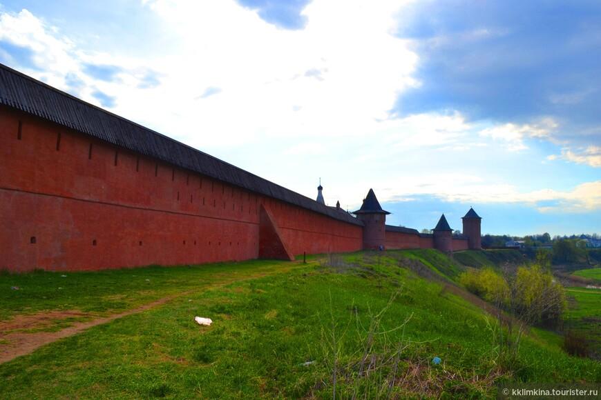 Снаружи монастырь впечатляет красными стенами, внутри он белый.