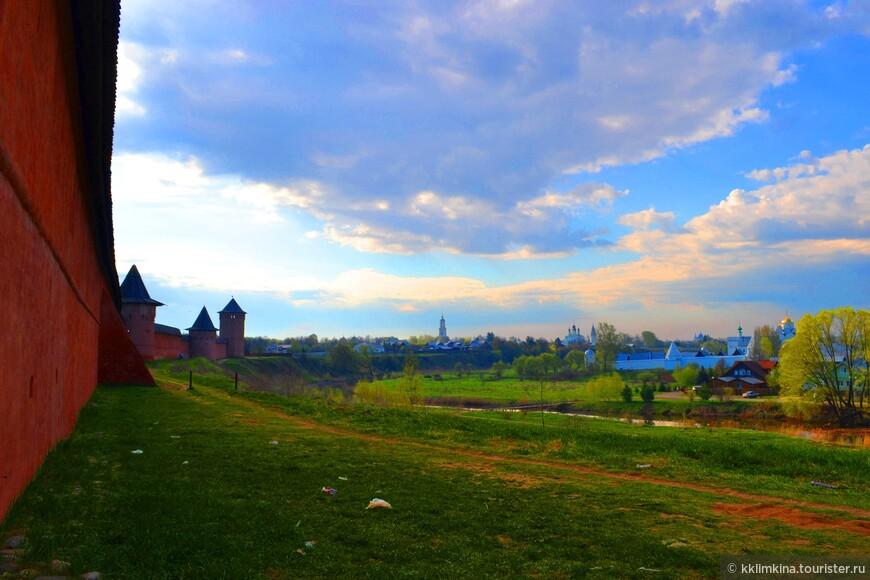 У стен монастыря со стороны реки одинаково прекрасно любоваться и рассветом и закатом.