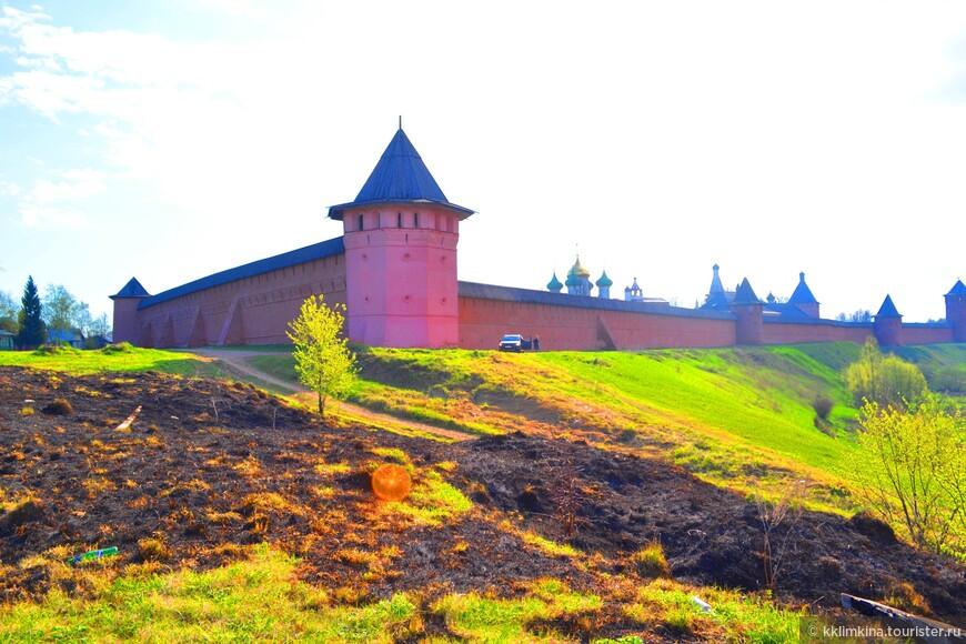 Да, раньше здесь была тюрьма, но понемногу это место приобретает ухоженный вид и свойственное монастырю умиротворение. На территории есть блинная и трапезная.