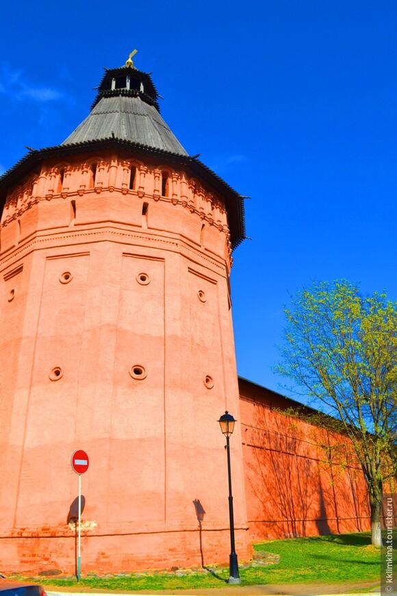 При желании в Спасо-Евфимиевском монастыре можно посетить и тюремный замок. В этом остроге содержались сначала неугодные Екатерине II арестанты, а при советской власти — политзаключенные и немецкие военнопленные.