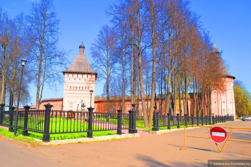 Тем не менее каждый час посетители обители могут услышать перезвон, издаваемый звонарями колокольни. К слову, на башне установлены и старинные часы.