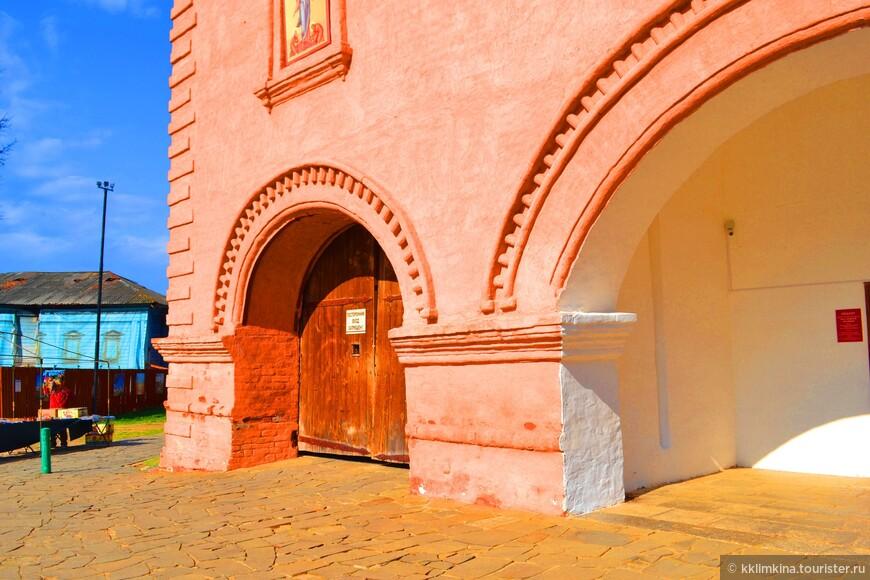 Крепкие стены обители сохранились и до наших дней, а вместе с ними и целый комплекс сооружений, которые заинтересуют любого туриста.