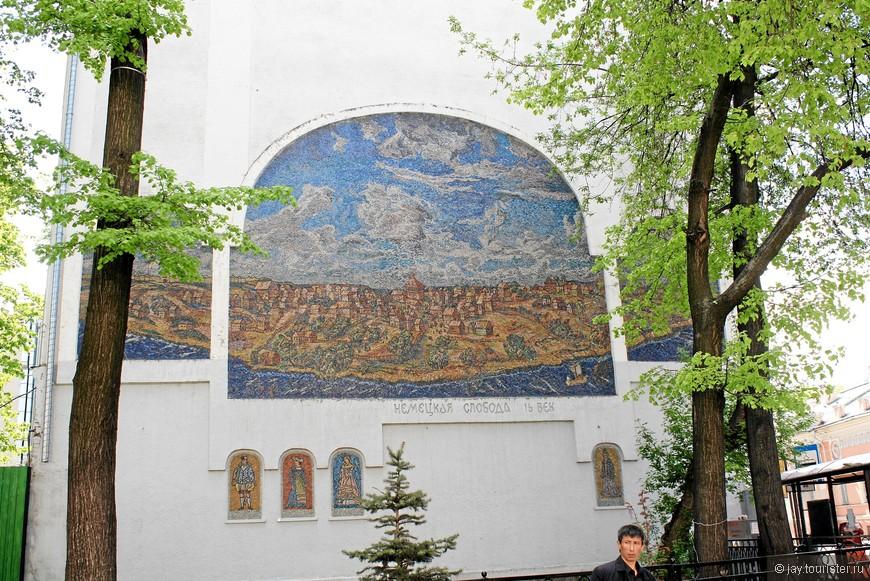 Мозаика на стене дома, прямо напротив выхода из метро Бауманская.