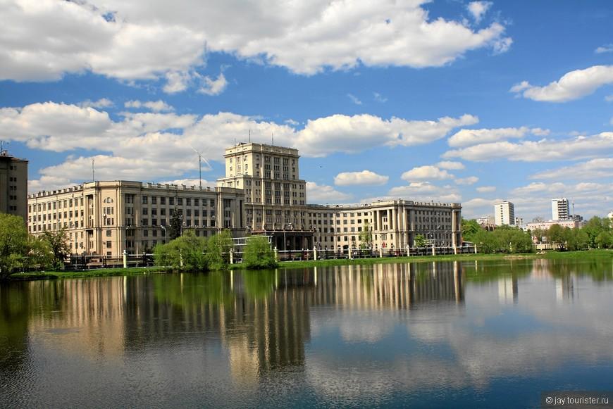 Старые корпуса - Слободской дворец. Название «Слободской» дано было дворцу потому, что дворец располагался в Немецкой слободе.  В 1750-х годах здесь была построена с большим размахом усадьба Алексея Петровича Бестужева-Рюмина, крупнейшего деятеля царствования императрицы Елизаветы Петровны. В 1758 году А. П. Бестужев попал в опалу, был сослан, а имущество его - конфисковано.  В 1762 году вернувшемуся из ссылки вельможе вернули его имение . Во время нашествия Наполеона Дворец сгорел и долго не восстанавливался. В пожаре погибла вся богатая художественная отделка здания.  В 1826 году сгоревшее здание было отдано московскому Воспитательному дому под ремесленное училище. Оно было преобразовано в Техническое училище, а позже в МВТУ.