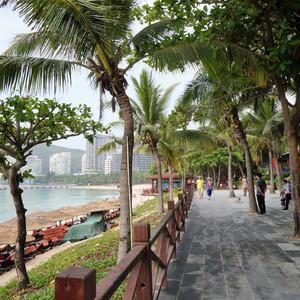 Пляжная территория бухты Дадунхай - самая оживлённая. Она является самым центром отдыха и разнообразных развлечений. На протяжении нескольких километров  здесь находятся кафе, рестораны, магазины, отели.