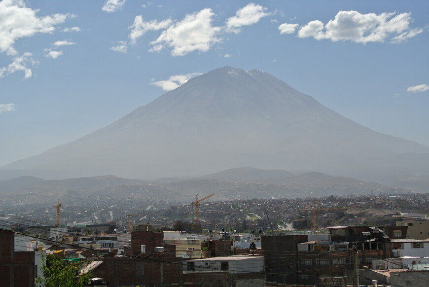 Арекипа на фоне вулкана Мисти.