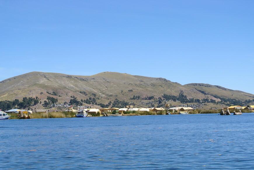 Само озеро Титикака является высочайшим (3812 м.) судоходным озером в мире и первым озером Южной Америке по запасу пресной воды. В дали видны плавучии деревни уру.