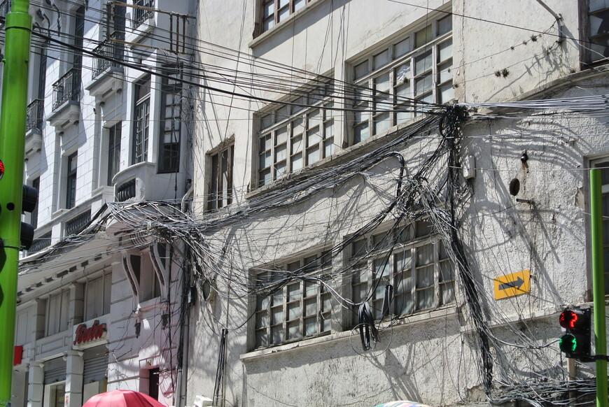 Ла-Пас. Internet по боливийски. Стрелка на стене дома, это между прочим, дорожный знак, который указывает на то что это улица с односторонним движением.