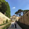 Аллея роз, которая ведет к вилле венето Капри