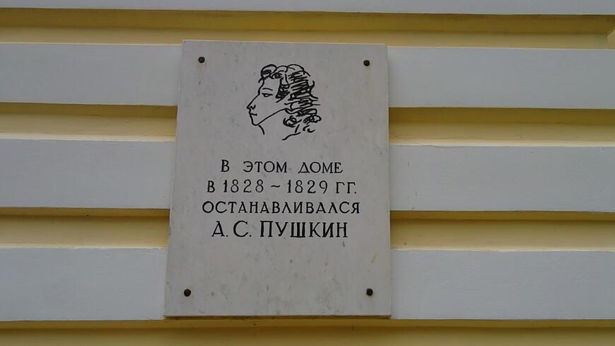 """Да Бернову повезло. Дух Пушкина спас это место от забвения. Вообще, поэт приезжал в Тверскую губернию с 1811 по 1836 год более двадцати раз. Здесь он провел в общей сложности около ста дней. В разные годы, помимо Твери, Старицы, Торжка, он останавливался у своих друзей в Малинниках, Павловском, Берново, Курово-Покровском, Грузинах, Митино и Прутне. От большинства из этих мест, бывших когда-то цветущими дворянскими гнездами, остались либо воспоминания, либо жалкие руины. А Берново, где Пушкин останавливался пять раз, продолжает жить, как бы воплощая в себе весь этот """"унесенный ветром"""" мир."""