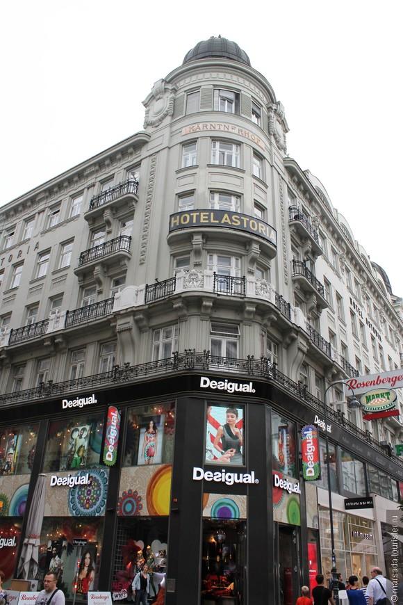 Что мешало лично мне: на первых этажах сплошь модные магазины и реклама.