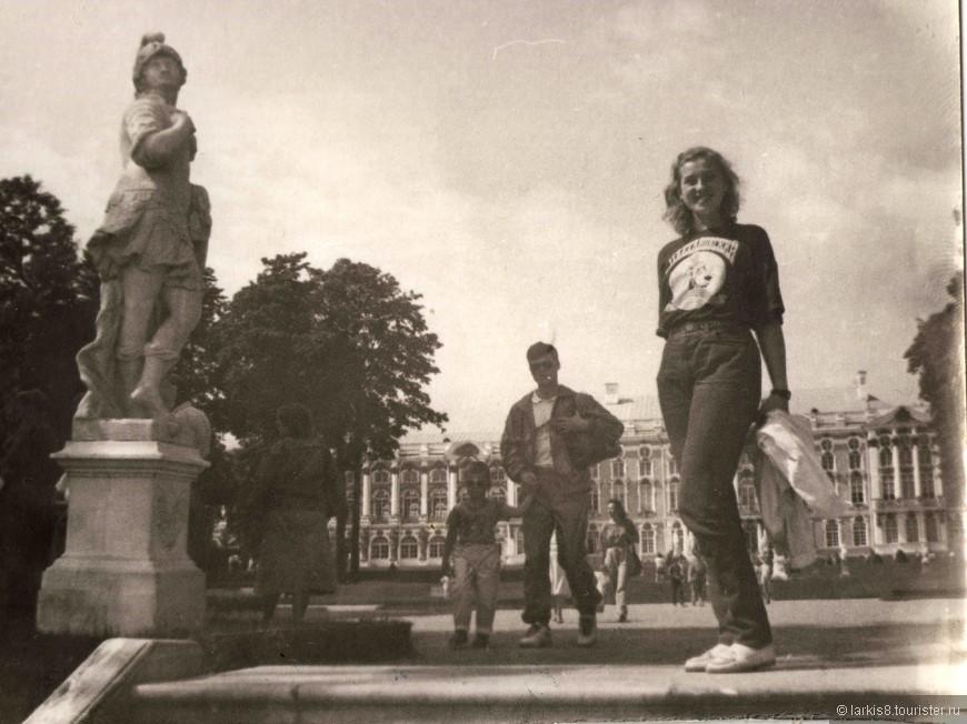 Туристов в Петергофе всегда было много!