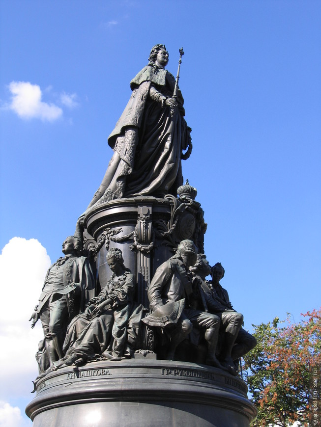 У подножья памятника размещены скульптуры девяти наиболее выдающимся деятелям Екатерининской эпохи. Мне было интересно видеть свою фамилию в числе этих имен (я в девичестве Румянцева) .