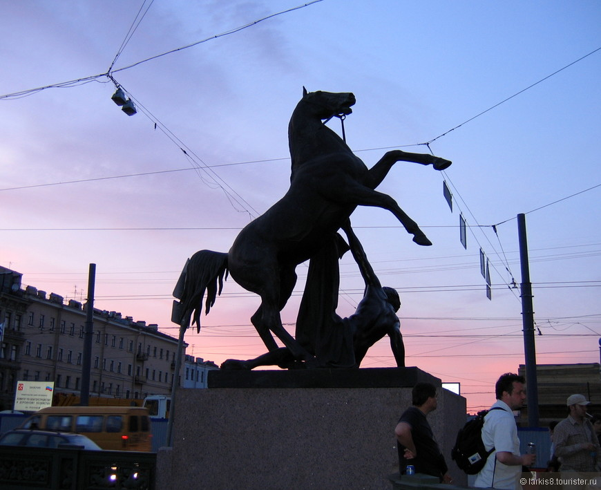 """Одна из четырех знаменитых статуй покорения коня на Аничковом мосту. """"Четыре черных и громоздких,       Неукрощенных жеребца  Взлетели – каждый на подмостках – Под стянутой уздой ловца. Как грузен взмах копыт и пылок!  Как мускулы напряжены Какой ветвистой сеткой жилок  Подернут гладкий скат, спины!"""" -                             Владимир Нарбут (1913)"""