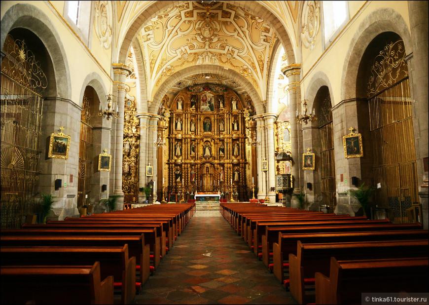 Заходим внутрь. Сначала видим интерьеры Храма Святого Доминго.