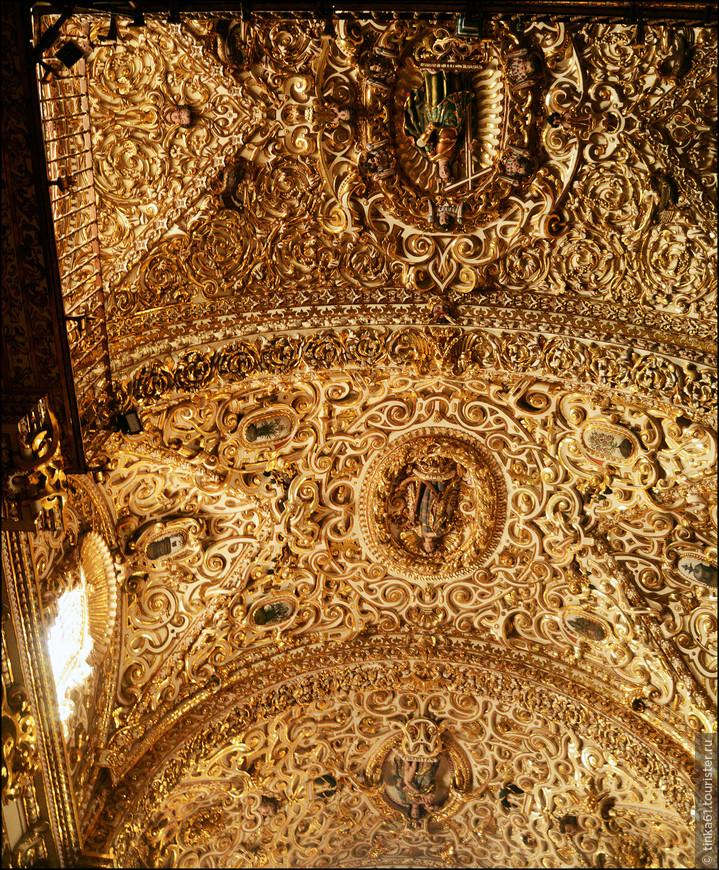 Своды капеллы украшены искусными узорами.
