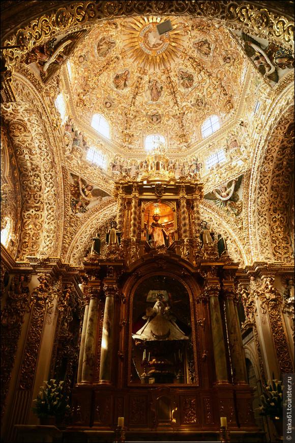 Святая Дева Росарио собственной персоной. Доминиканцы  исповедовали культ поклонения Святой деве и одну из капелл монастыря посвятили именно ей.