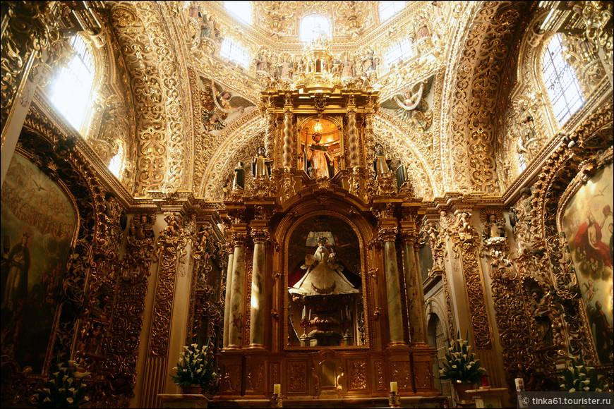 Капелла славится своим символизмом и необыкновенно искусным декором с использованием оникса, золота, керамики и дерева.