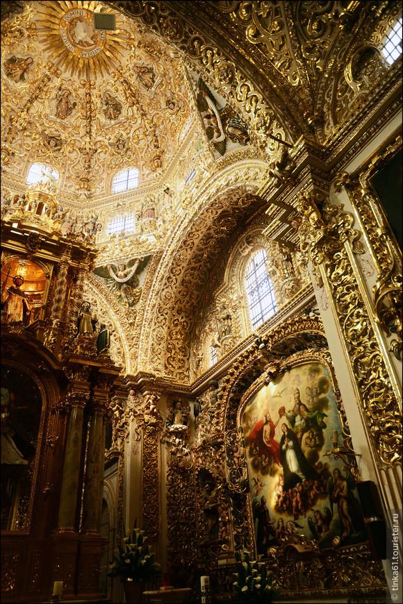 Стен капеллы украшены полотнами  мексиканского художника Хосе Родригеса Карнеро на темы поклонения Святой Деве Росарио.