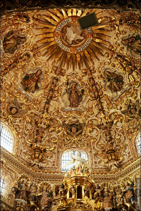 Своды капеллы украшены аллегорическими фигурами Добродетелей.