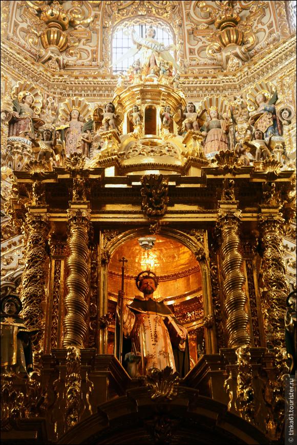 Очень много фигур святых, ангелов, апостолов.
