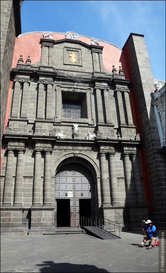 Главный вход в храм. Фасад украшен статуями Святого Доминго и Святого Михаила. Наверху видим греческий крест как символ доминиканского ордена  и изображение двух собачек.