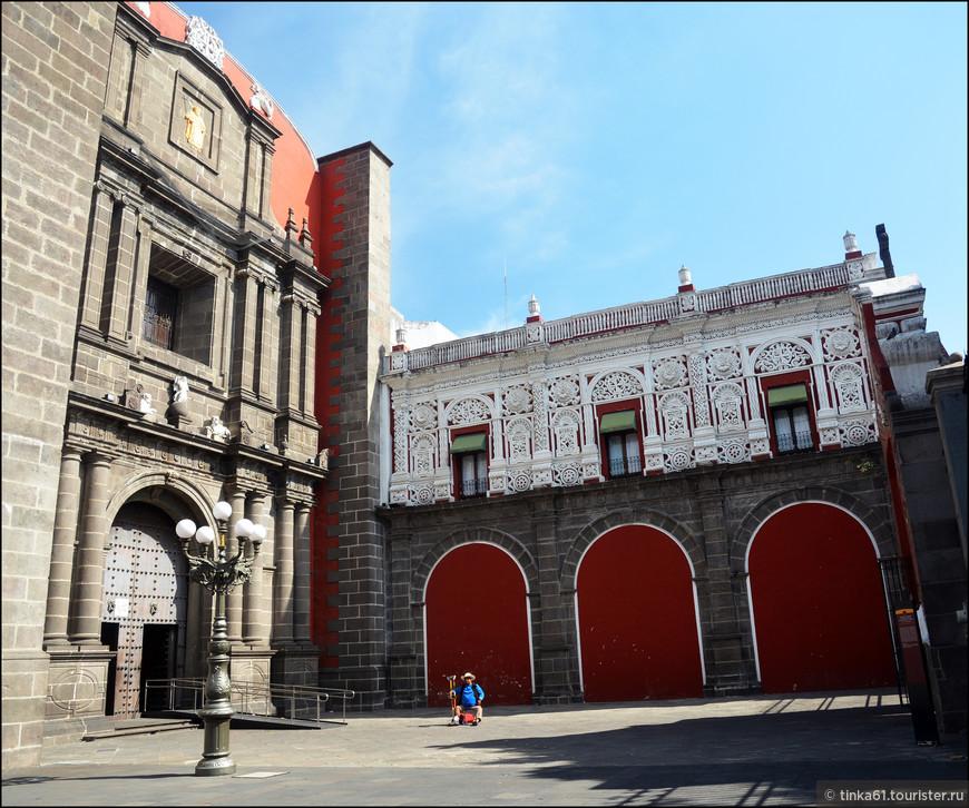 Однако не лишён барочных излишеств и декора. Старинный портик монастыря богато декорирован.