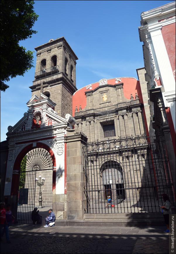 В 1571 году монахи ордена Доминиканцев основали в Пуэбле монастырь, строительство которого было завершено в 1659 году.  Барочный фасад храма достаточно скромный.
