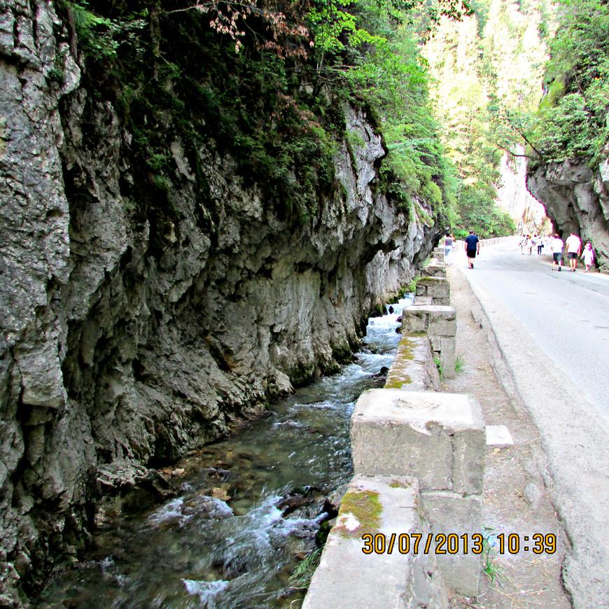 По дну ущелья течет река Биказ.