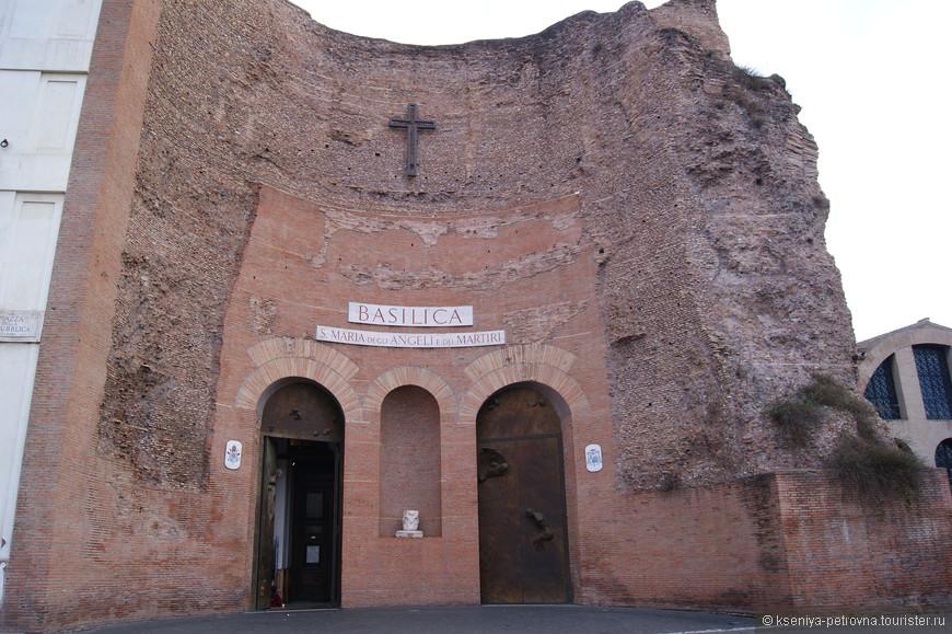 На фото базилика с довольно длинным названием Санта-Мария-дельи-Анджели-э-деи-Мартири, посвящённая Богородице, ангелам и мученикам в Риме, на площади Республики.