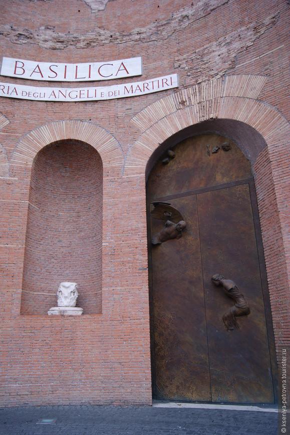 Фасад базилики, автор бронзовых дверей современный польский скульптор Игорь Миторай. На одной двери - сцена Благовещения, на второй - Воскрешения. Бронзовые двери были установлены 28 февраля 2006 года взамен устаревших деревянных.