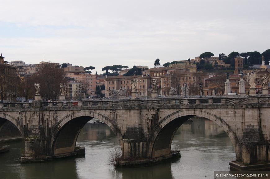 Мост Святого Ангела пролегает через речку Тибр и представляет собой дорогу, которая ведет к одноименному замку.