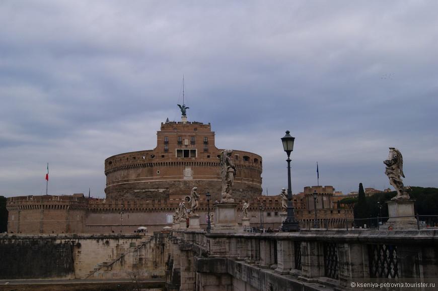 Замок Святого Ангела имеет грандиозный вид и не менее внушительную историю. Цилиндрический мавзолей, выстроенный на заре христианства на берегу Тибра, в ходе своей долгой жизни успел побывать последним пристанищем для римского императора, резиденцией понтификов, превратиться в форт, затем в темницу, а в последствие получить статус музея и сокровищницы.
