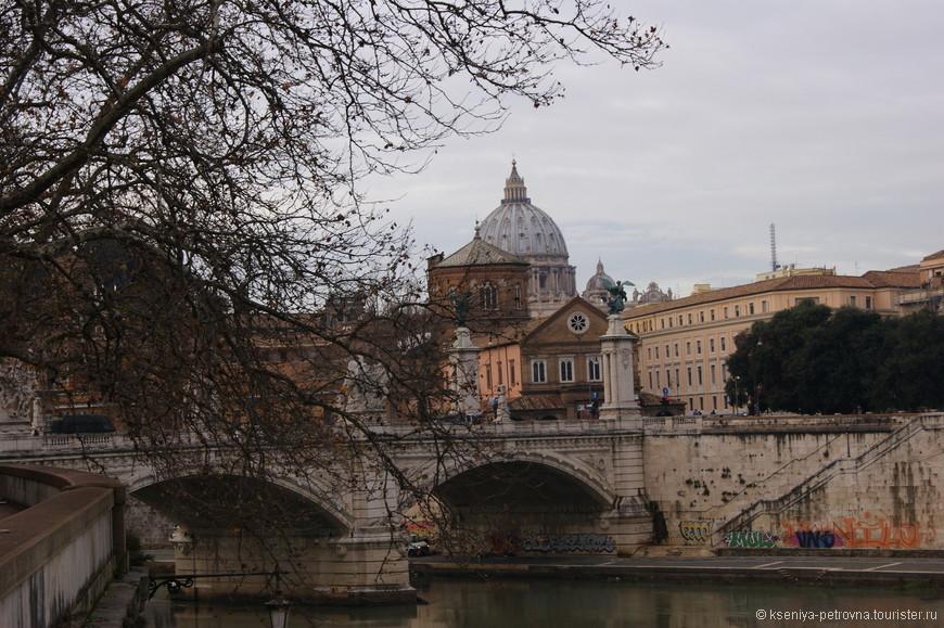 С моста Святого Ангела открывается прекрасный вид на Тибр, сам замок, на мост Виктора Иммануила и Собор св.Петра.