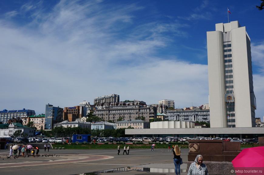 Центральная площадь Владивостока и здание краевого правительства