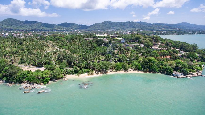 Пляж Лаем Ка, вид на кокосовую рощу и отель Евазон (в настоящее время заброшен).