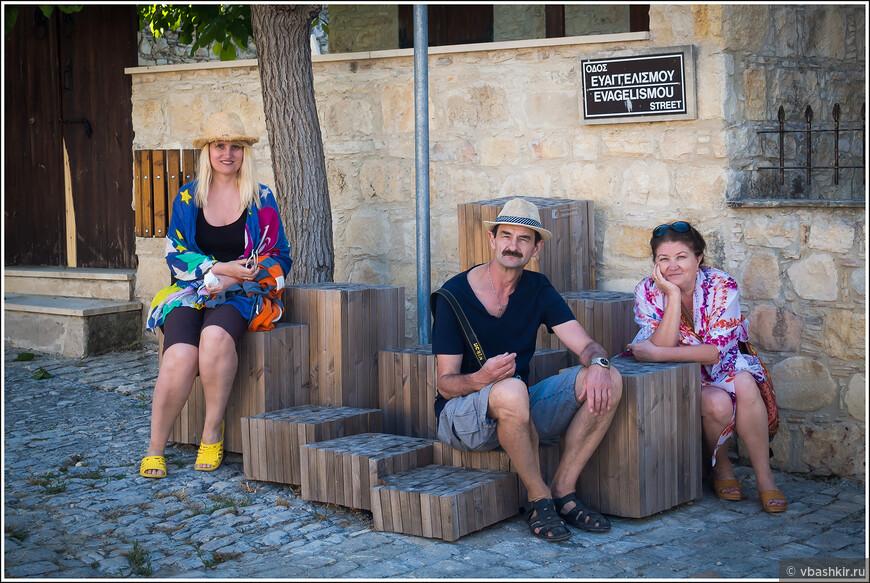 На креативной скамейке в деревне Лофу.