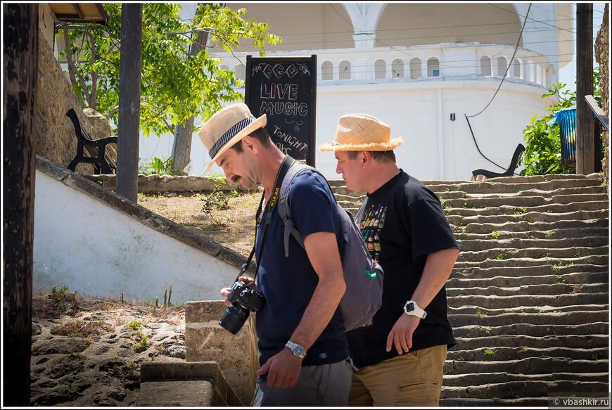 Двое в шляпах на фотоохоте. Остерегайтесь!))))