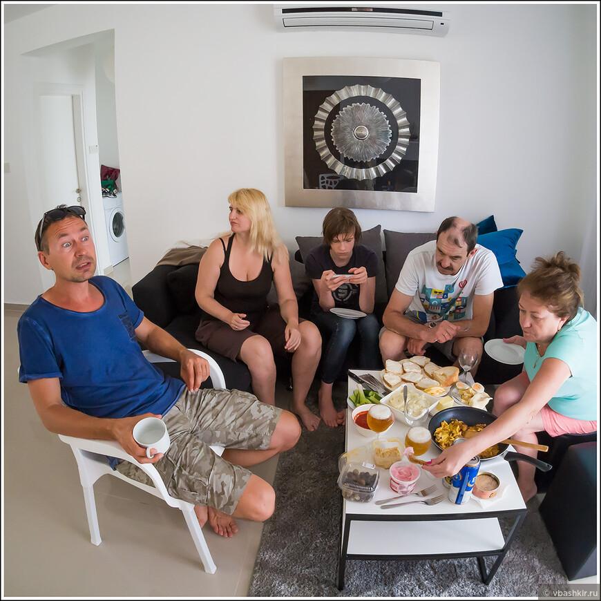 Артем рассказывает за завтраком об умопомрачительных красотах Кипра!