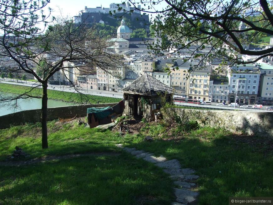 В Зальцбурге много попрошаек. В основном они располагаются у мостов.  Самозахваченная сторожевая башня на Горе капуцинов.