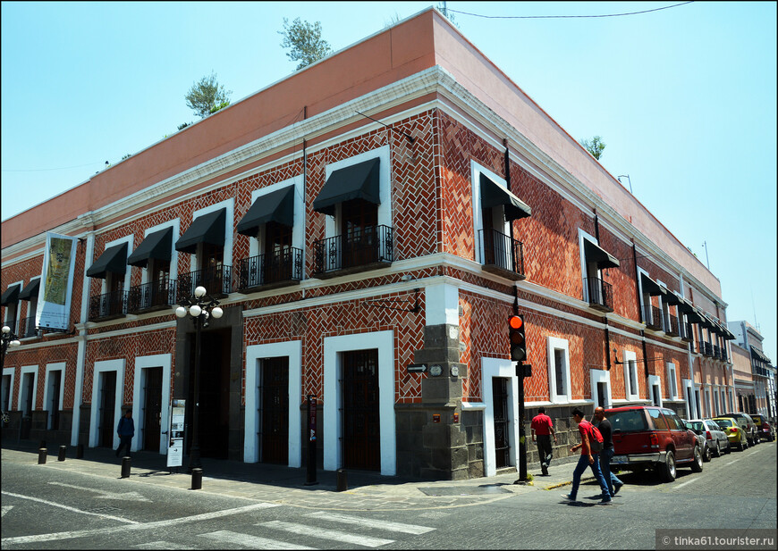 Музей Ампаро расположен в старинном колониальном  особняке. Раньше в этом здании располагалась больница, а спустя какое-то время женский колледж.