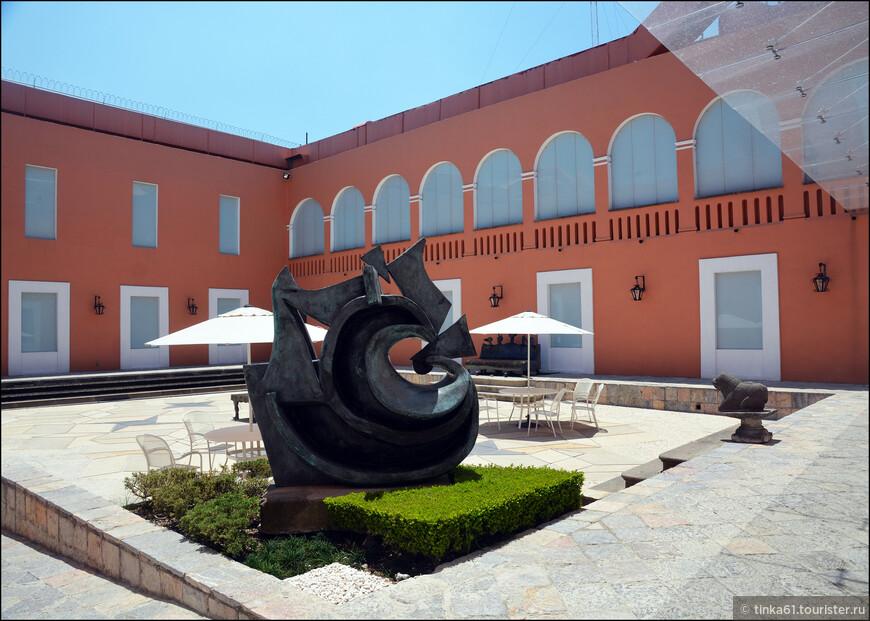 Во внутренних двориках музея  можно увидеть временные выставки современной скульптуры.