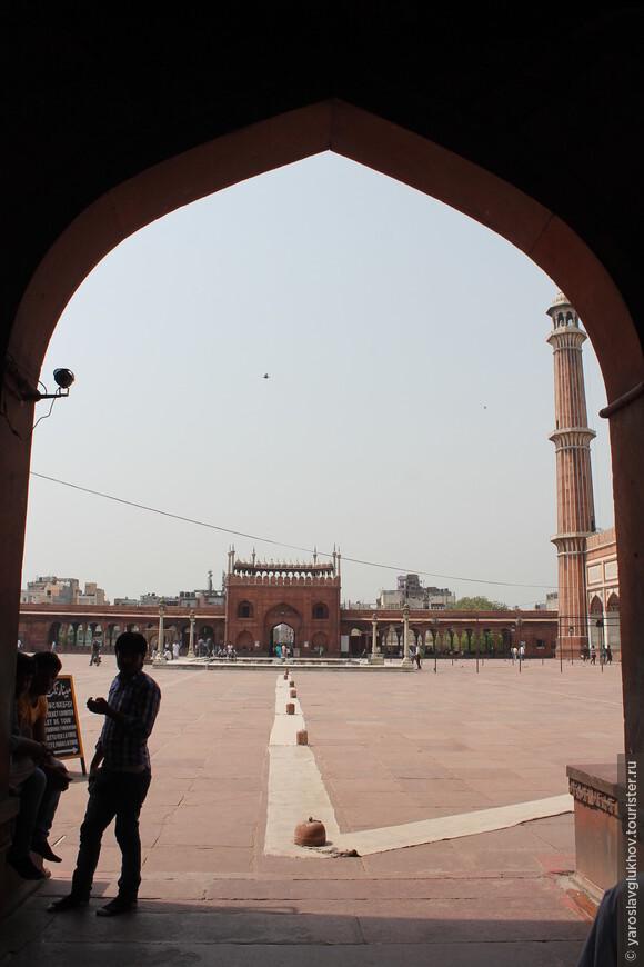 Через арку уже виден внутренний двор мечети.