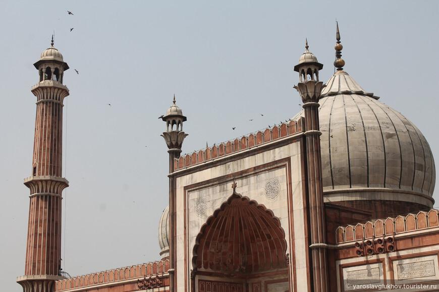 Мечеть построена императором Великих Моголов Шахом Джаханом (кто построил Тадж-Махал в Агре) в 1650—1656 гг.