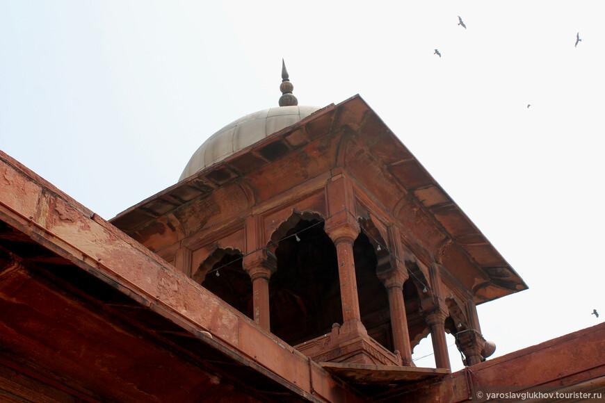 Одна из угловых башен мечети.